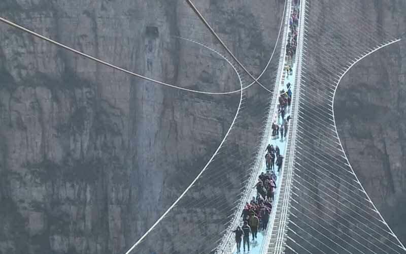 Китай приглашает на самый длинный стеклянный мост в мире