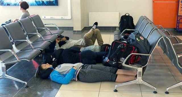 Как выжить застрявшим путешественникам в аэропорту